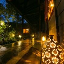 夜の渡り廊下は、ライトの模様が床や壁に現れ幻想的な雰囲気です