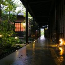 夕方の渡り廊下はライトの灯りでまた違った雰囲気に♪