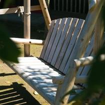 木のぬくもりたっぷりのベンチで