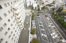 平面駐車場約130台完備