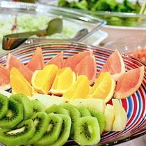 フルーツとサラダ