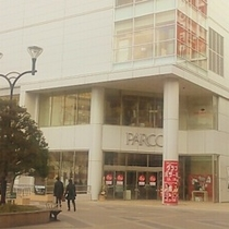 ホテルへのアクセス④出口を出ると右にPARCOが見えるので建物前を左に進みます。