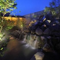 露天風呂から眺める滝は絶景!※男性
