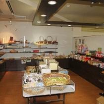 【売店】富山の特産品を豊富に取り揃えております。営業時間:8:00〜21:00。カードの利用は不可。