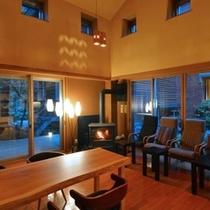 【ラウンジ】暖炉の前で音楽やお飲み物を。お客様が書き込む宿泊日記もご用意しています。