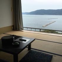 和室(スタンダード)窓一面で海の景色が楽しめる作りとなっております♪