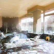 *【風呂(大浴場・男性)2】贅沢に使用された天然記念物の三波石の岩風呂。
