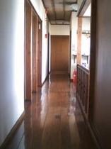 二階の廊下 ピカピカです。