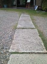 玄関に通じる石畳