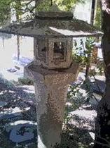 庭の灯篭。