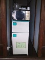 二階の宿泊用冷蔵庫と電子レンジ