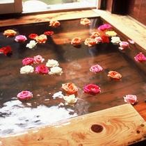 【檜風呂】バラを浮かべた下田温泉のいで湯。香りの癒し効果も期待できそう