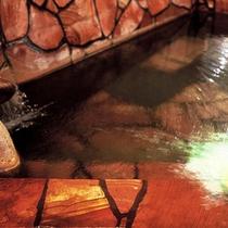 【天草陶石風呂】天草陶石で造った浴槽に湯をはることで、温泉がよりまろやかな肌触りに