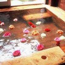 【檜風呂】バラを浮かべて優雅なひと時をお楽しみください