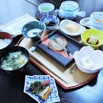 *【朝食一例】炊きたてごはんに熱々の味噌汁…旅館ならではの和朝食