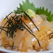 【食事オプション『ミニイカ丼』】:天草が誇る自慢のイカを朝からお楽しみいただけます。