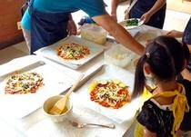 山キッチンでのピザ作り