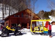 冬はスキー場駐車場からロッヂまで雪上車でご送迎