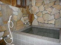 リニューアルした岩風呂風の貸切風呂は鍵付です。ご夫婦や家族水入らずでゆっくりお入りいただけます。