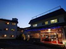 夜のスズキホテル・玄関