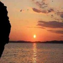 海から見える相模湾の夕陽