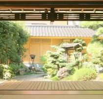 1宴会場から見た庭600-600.jpg