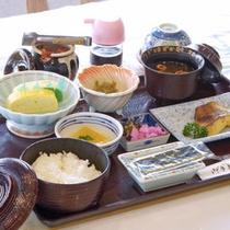 *【朝食】ボリュームのある、和朝食。ご飯はお代わりOKです。しっかり召し上がってください。