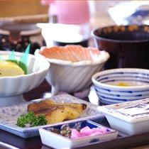 *【朝食】和定食をご用意。当館は料理店が運営しているため、味には自信あり。