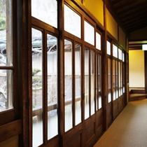 *【渡り廊下】古き和風建築の館内は懐かしい昭和の佇まいを残しています。