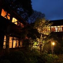 *【外観】中庭には味のある日本庭園が広がっています。