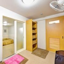 *大浴場(脱衣処)/手狭ではございますが、掃除が行き届いた脱衣スペース。