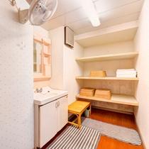 *小浴場(脱衣処)/手狭ではございますが、掃除が行き届いた脱衣スペース。
