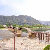 """*お部屋からの眺望/日本三大奇橋のひとつ""""錦帯橋""""が望めます。ゆっくり寛ぎながら旅情に浸るひと時を。"""