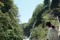 大噴湯から見える男滝と女滝
