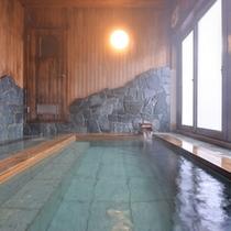 *大浴場/やわらかな木の香りが漂う檜風呂。広さもあるため、ゆったり入浴することができます