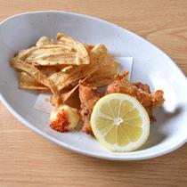 *お夕食一例(ごほうチップス)/ごぼうの香りが香ばしい一品。レモンをキュッと絞ってどうぞ。
