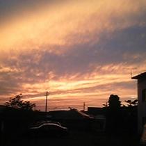*【周辺】街並みを赤く染め上げる夕焼け。