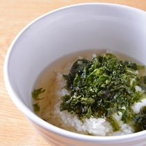 *お夕食一例(岩のりのお茶漬け)/磯の香りが薫るお茶漬け。丁寧に煮出した和風出汁も味の決め手に。