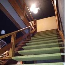 趣のある階段です。手すりがございますので、安心してご利用下さい。