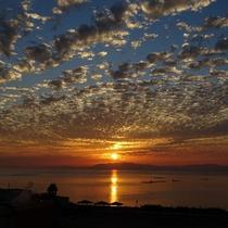 夕陽とうろこ雲