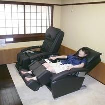 【くつろぎの間】空調設備つきで快適空間。癒しの音楽の中で読書はいかが。