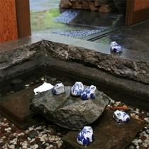 *館内の様子/お庭の池にはかわいらしい蛙の置物。昔懐かしい和の雰囲気に心和みます。