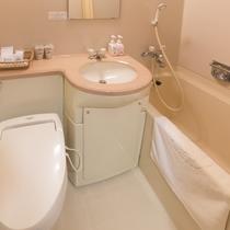 客室内ユニットバス。トイレは全室洗浄機能付きです。