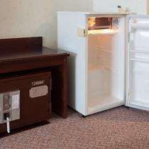 客室内の冷蔵庫はフリースペースです。無料の金庫もご利用いただけます。