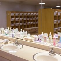 女子大浴場洗面台。化粧水などが充実。ショッピングプラザで販売しているものもあります。