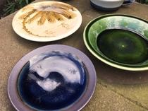 当館主人石飛鴻と出西窯のコラボの皿