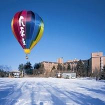 熱気球とホテル外観(冬)