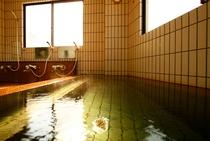 源泉100%掛流し風呂。窓の外は天城の山々が見えます。