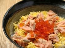 【ランチメニュー 村上鮭といくらの親子丼】