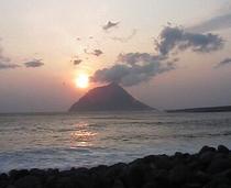 小島と夕日